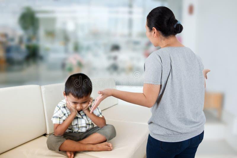 Αρνητικός γονέας συγκίνησης στοκ φωτογραφία με δικαίωμα ελεύθερης χρήσης