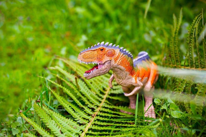 Αρπακτικός δεινόσαυρος με τα τεράστια δόντια Ειδώλιο ενός δεινοσαύρου και ενός α στοκ φωτογραφίες
