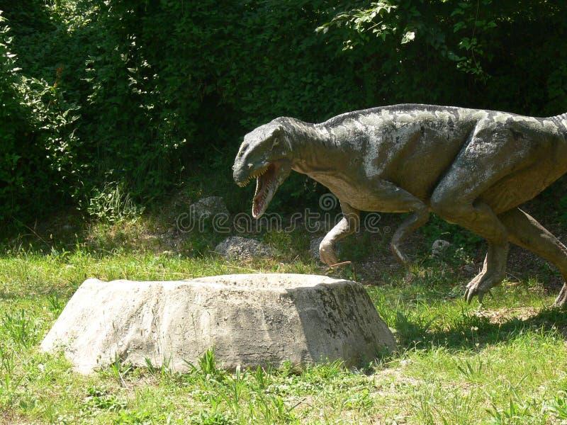 Αρπακτικός δεινόσαυρος στο ξύλο του πάρκου εξάλειψης στην Ιταλία στοκ εικόνες