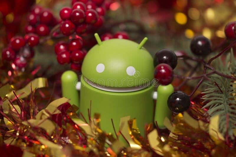 Αρρενωπό ειδώλιο με τη γιρλάντα Χριστουγέννων στοκ εικόνα με δικαίωμα ελεύθερης χρήσης