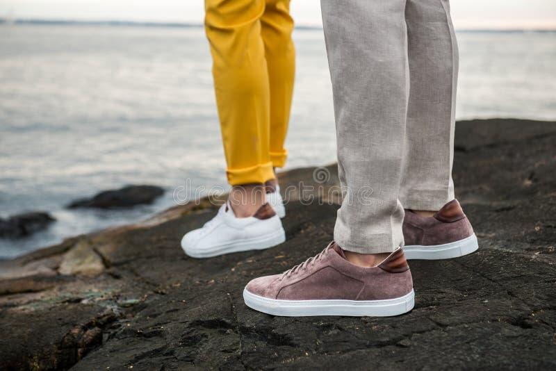 Αρσενικά πάνινα παπούτσια παπουτσιών υπαίθρια Φωτογραφία τρόπου ζωής των περιστασιακών παπουτσιών ατόμων ` s στοκ φωτογραφίες