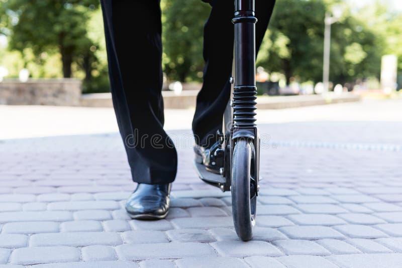 Αρσενικά πόδια στο μηχανικό δίκυκλο στοκ εικόνα