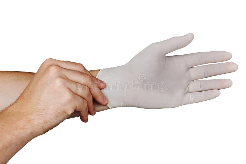 Αρσενικά χέρια που βάζουν στα άσπρα ιατρικά γάντια που απομονώνονται στο άσπρο υπόβαθρο στοκ εικόνες