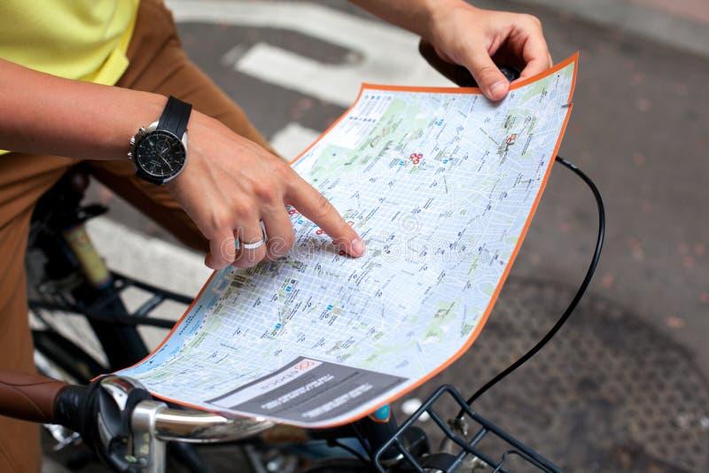 Αρσενικά χέρια που δείχνουν στο χάρτη της πόλης της Βαρκελώνης στο αναδρομικό υπόβαθρο ποδηλάτων ποδηλάτων μπλε μικρός τουρισμός  στοκ εικόνες με δικαίωμα ελεύθερης χρήσης