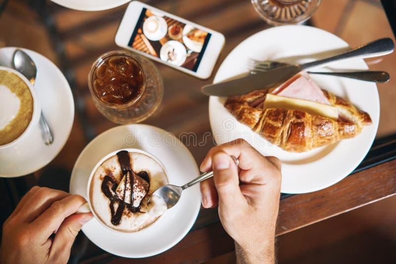 Αρσενικά χέρια που κρατούν ένα φλιτζάνι του καφέ Πρόγευμα πρωινού για δύο στοκ φωτογραφίες με δικαίωμα ελεύθερης χρήσης