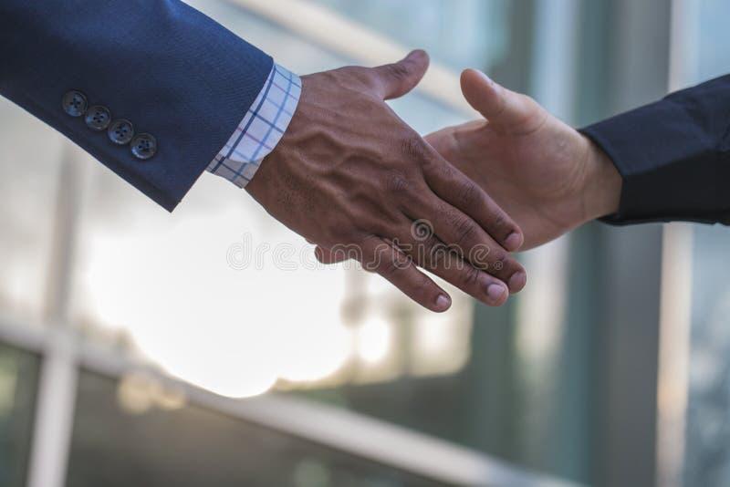 Αρσενικά χέρια που χαιρετούν με τη χειραψία στοκ εικόνα