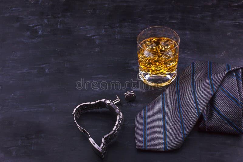 """Αρσενική έννοια για ημέρα πατέρων \ τη """"s Δεσμός, ρολόγια, μανικετόκουμπα και ένα ποτήρι του ουίσκυ με τον πάγο στοκ φωτογραφίες με δικαίωμα ελεύθερης χρήσης"""