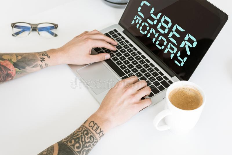 αρσενική δακτυλογράφηση lap-top χεριών απεικόνιση αποθεμάτων