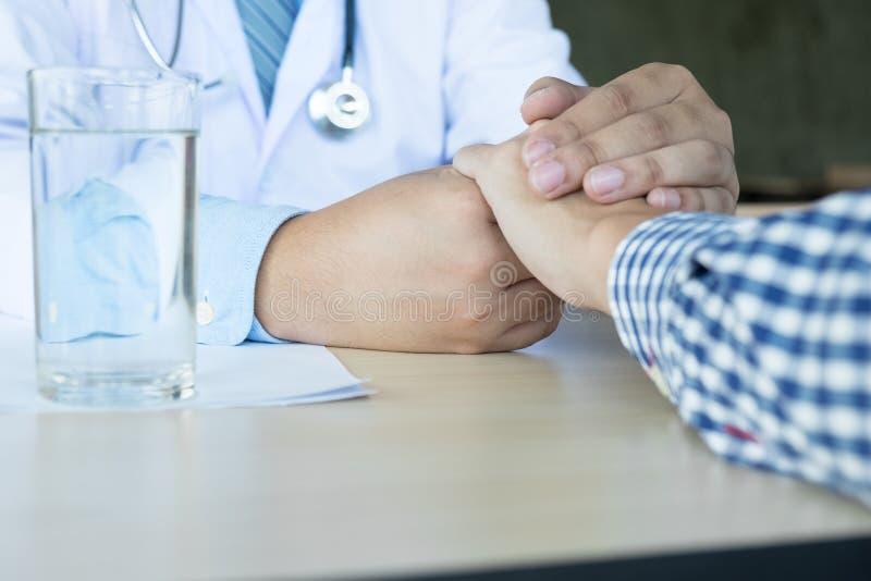 αρσενική εκμετάλλευση γιατρών patient& x27 χέρι του s, ανακουφίζοντας ασθενής που είναι μέσα στοκ φωτογραφίες