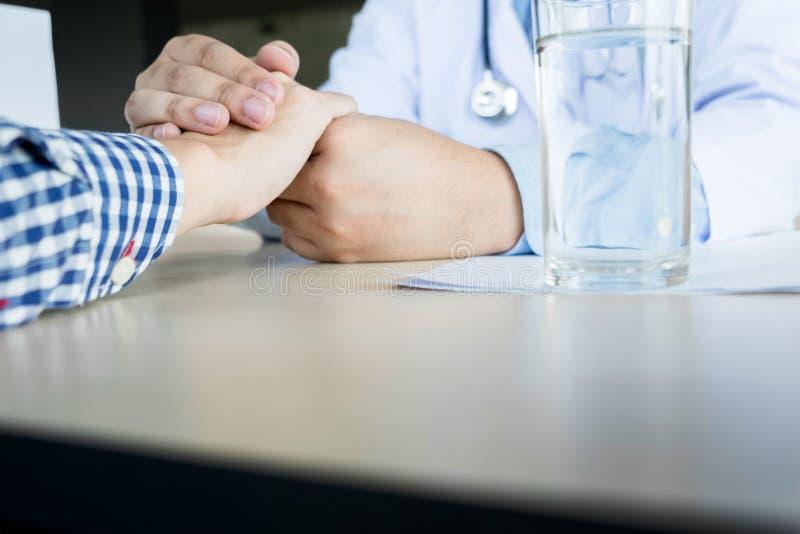 αρσενική εκμετάλλευση γιατρών patient& x27 χέρι του s, ανακουφίζοντας ασθενής που είναι μέσα στοκ εικόνα με δικαίωμα ελεύθερης χρήσης
