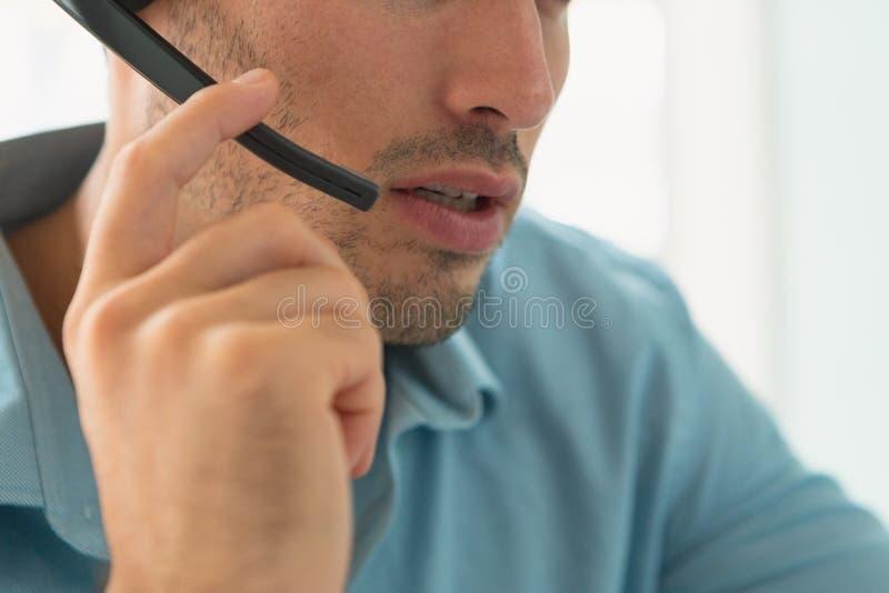Αρσενική εκτελεστική ομιλία εξυπηρέτησης πελατών στην κάσκα στην αρχή στοκ φωτογραφία