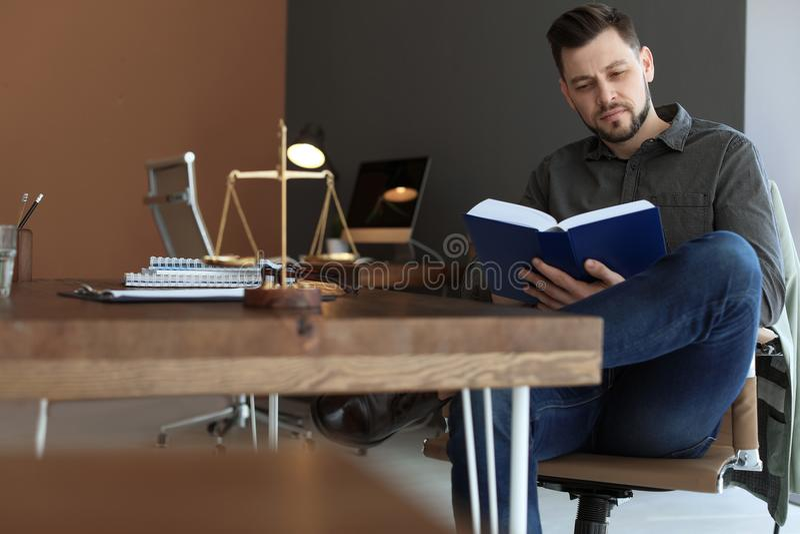 Αρσενική εργασία δικηγόρων στην αρχή στοκ εικόνα