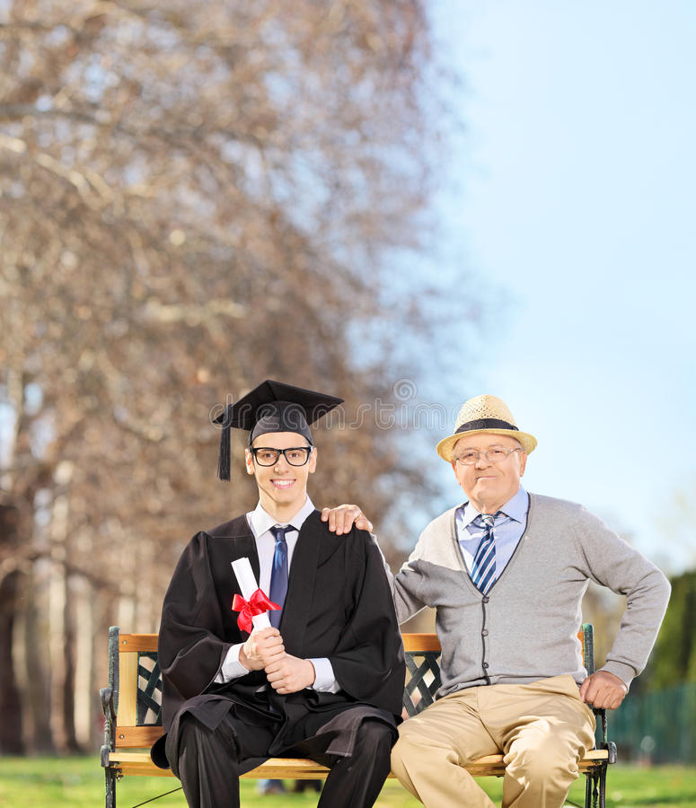 Αρσενική διαβαθμισμένη τοποθέτηση με τον υπερήφανο πατέρα του στο πάρκο στοκ φωτογραφίες με δικαίωμα ελεύθερης χρήσης