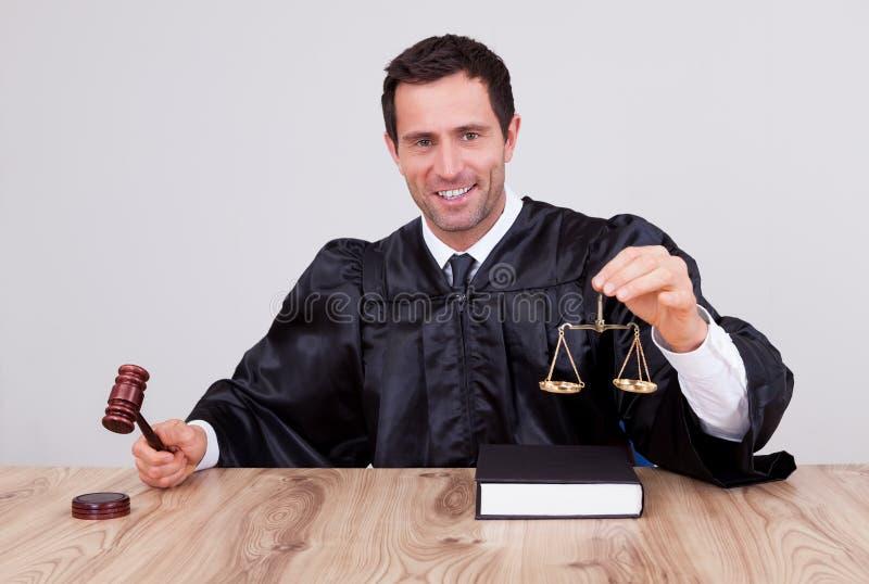 Αρσενική κλίμακα εκμετάλλευσης δικαστών στοκ φωτογραφίες