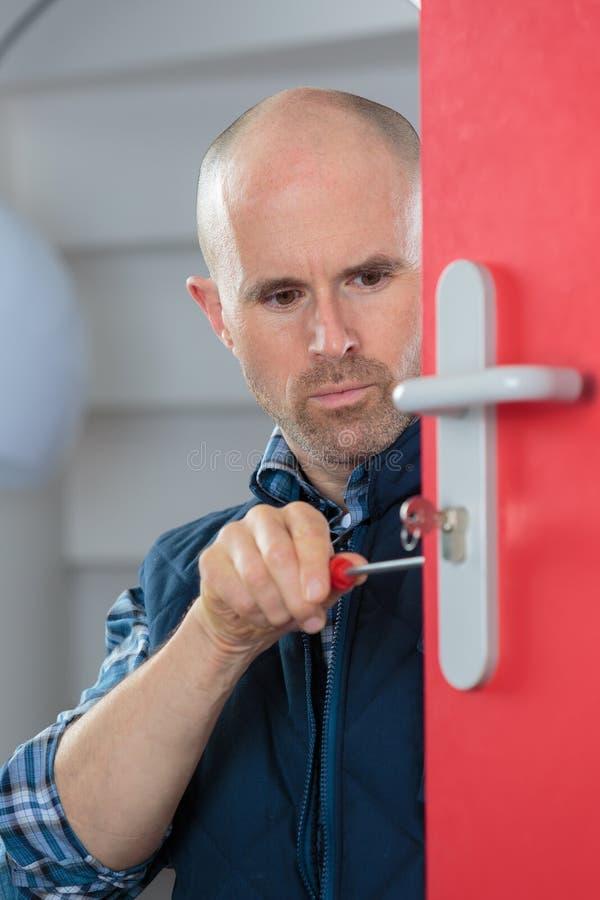 Αρσενική κλειδαριά καθορισμού ξυλουργών στην πόρτα στοκ φωτογραφίες με δικαίωμα ελεύθερης χρήσης