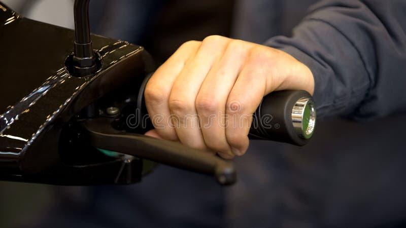 Αρσενική μοτοσικλέτα δοκιμής αγοραστών στο σαλόνι, πελάτης καταστημάτων μεταφορών που επιλέγει το μοτοποδήλατο στοκ φωτογραφία με δικαίωμα ελεύθερης χρήσης