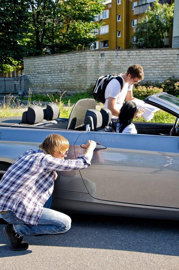 Αρσενική πόρτα αυτοκινήτων κλεφτών ανοίγοντας στοκ φωτογραφίες