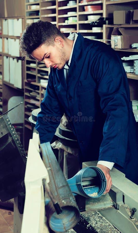 Αρσενική σανίδα επεξεργασίας εργαζομένων στη μηχανή στο εργαστήριο στοκ φωτογραφία με δικαίωμα ελεύθερης χρήσης