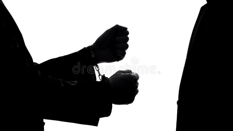 Αρσενική σκιά επιχειρηματιών στις χειροπέδες, τιμωρία δωροδοκίας, δικαστικό σύστημα στοκ εικόνα με δικαίωμα ελεύθερης χρήσης