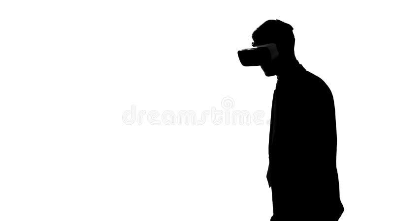 Αρσενική σκιαγραφία στην κάσκα εικονικής πραγματικότητας που παίζει το τηλεοπτικό παιχνίδι, αθλητικός προσομοιωτής ελεύθερη απεικόνιση δικαιώματος