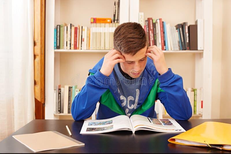 Αρσενική συγκεντρωμένη έφηβος μελέτη στοκ φωτογραφίες
