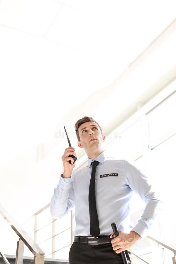 Αρσενική φρουρά ασφάλειας με τη φορητή ραδιο συσκευή αποστολής σημάτων στοκ φωτογραφία