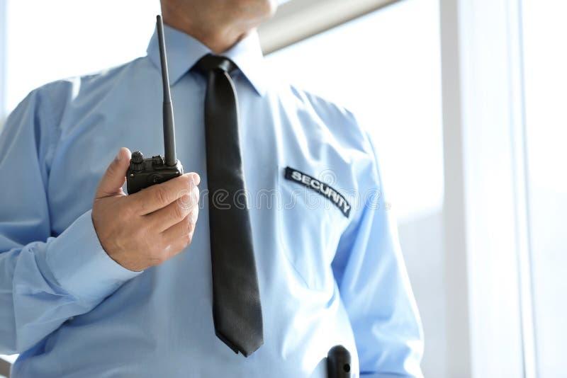 Αρσενική φρουρά ασφάλειας με τη φορητή ραδιο συσκευή αποστολής σημάτων στοκ εικόνες με δικαίωμα ελεύθερης χρήσης