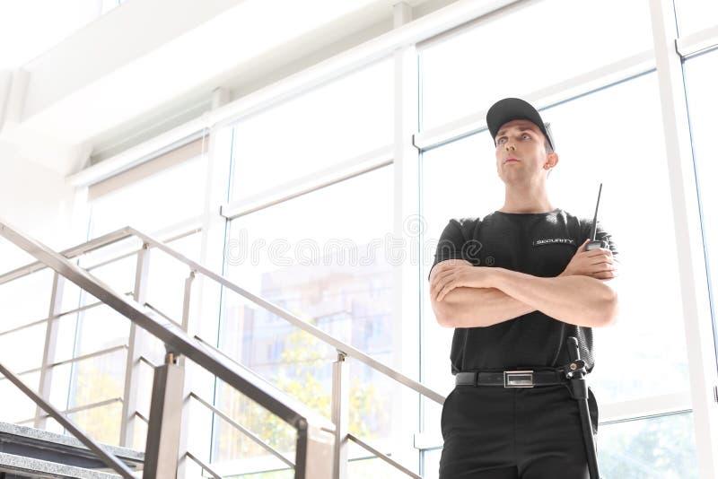 Αρσενική φρουρά ασφάλειας με τη φορητή ραδιο συσκευή αποστολής σημάτων στοκ φωτογραφίες