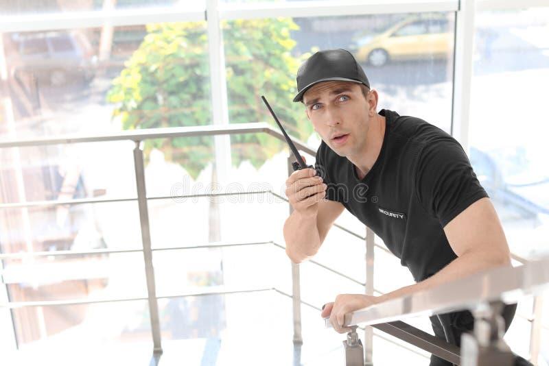 Αρσενική φρουρά ασφάλειας με τη φορητή ραδιο συσκευή αποστολής σημάτων στοκ εικόνες
