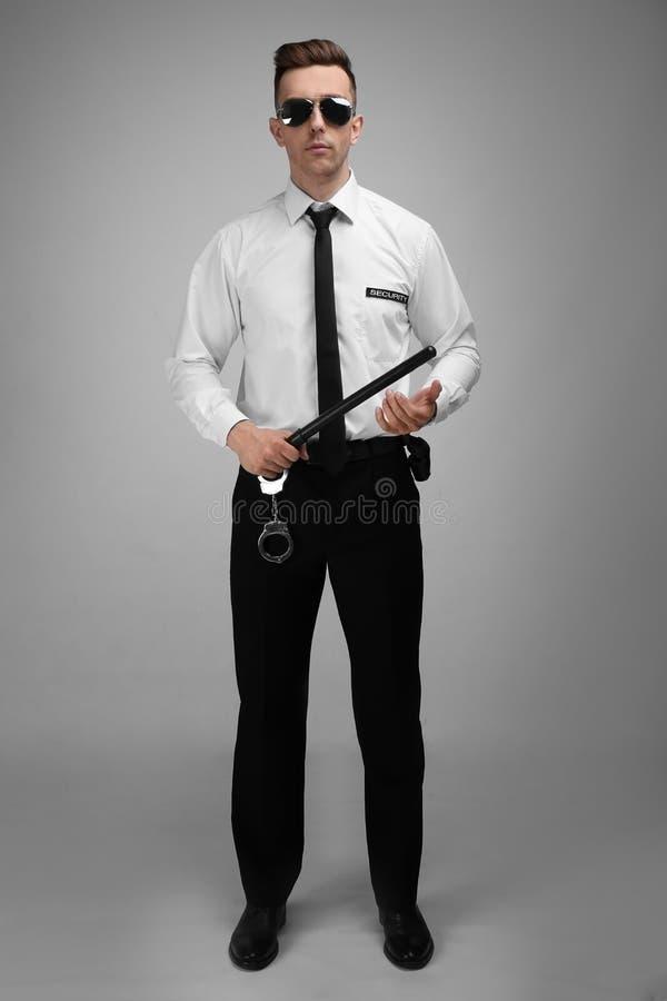 Αρσενική φρουρά ασφάλειας με το μπαστούνι αστυνομίας στοκ φωτογραφίες