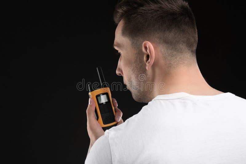 Αρσενική φρουρά ασφάλειας που χρησιμοποιεί τη φορητή ραδιο συσκευή αποστολής σημάτων στοκ εικόνες με δικαίωμα ελεύθερης χρήσης