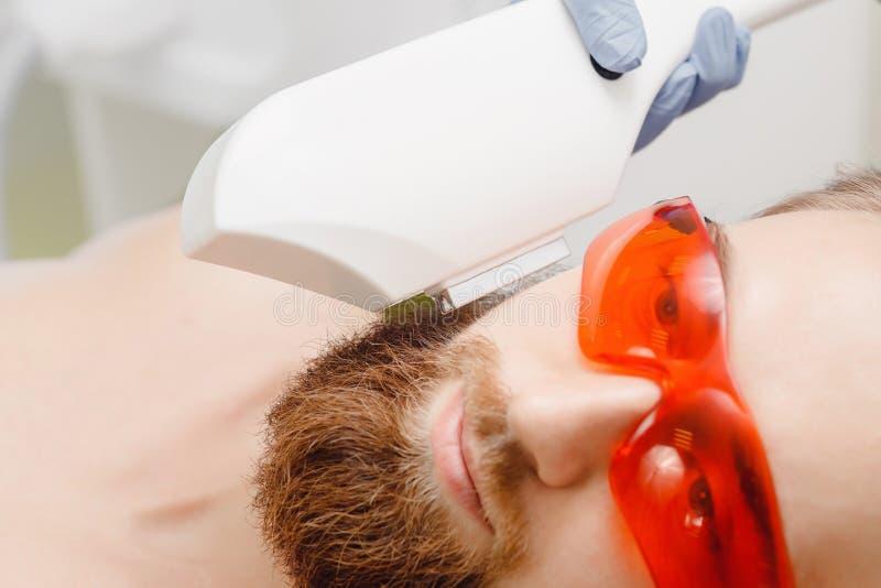 Αρσενική depilation γενειάδα αφαίρεσης τρίχας λέιζερ και mustache επεξεργασία διαδικασίας στο σαλόνι στοκ φωτογραφίες