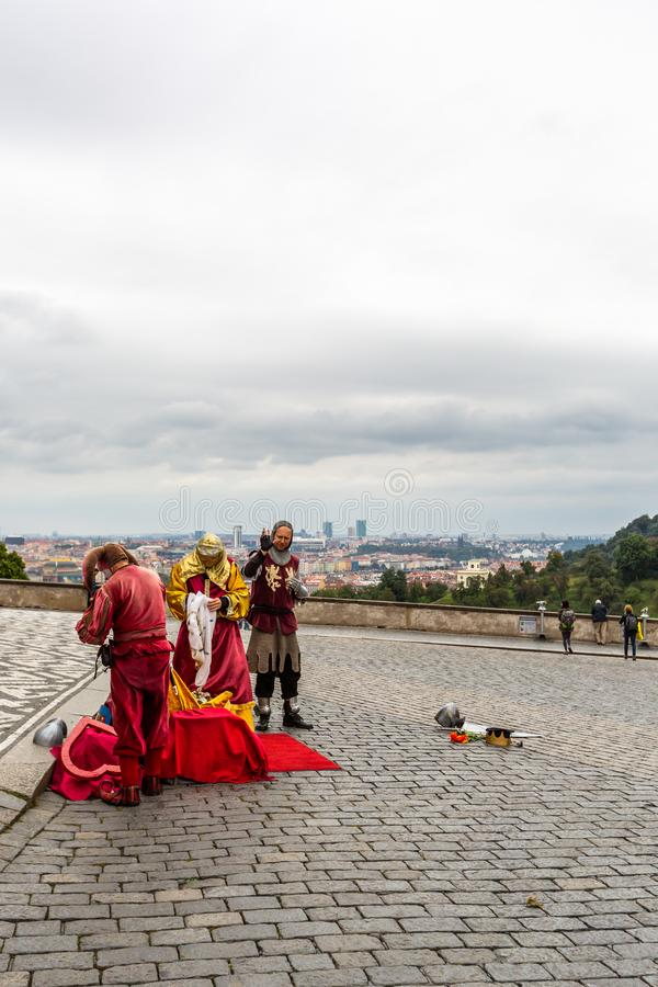 Αρσενικοί εκτελεστές οδών που φορούν τον παραδοσιακό μεσαιωνικό ιματισμό υπαίθρια στοκ φωτογραφίες με δικαίωμα ελεύθερης χρήσης
