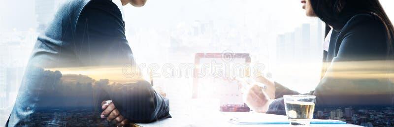 Αρσενικοί επιχειρηματίας και επιχειρηματίας που χρησιμοποιούν μια ταμπλέτα στοκ φωτογραφία με δικαίωμα ελεύθερης χρήσης