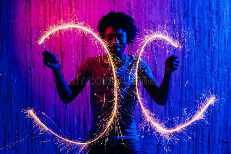Αρσενικοί κύκλοι σχεδίων με το sparkler στο φωτισμό νέου στοκ εικόνες με δικαίωμα ελεύθερης χρήσης