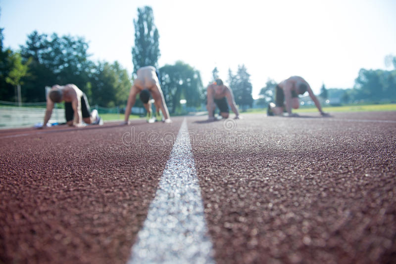 Αρσενικοί δρομείς αθλητισμού στην αρχική γραμμή χωρίς πουκάμισα στοκ φωτογραφία με δικαίωμα ελεύθερης χρήσης