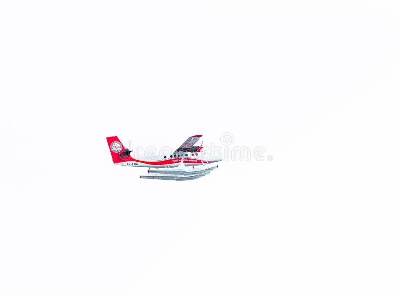 ΑΡΣΕΝΙΚΟ, ΜΑΛΔΊΒΕΣ - 27 ΝΟΕΜΒΡΙΟΥ, 2016: Δια τις Maldivian seaplane εναέριων διαδρόμων μύγες στον ουρανό πέρα από το αρσενικό η α στοκ φωτογραφίες με δικαίωμα ελεύθερης χρήσης