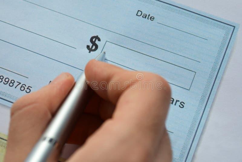 Αρσενικός έλεγχος χρημάτων γραψίματος χεριών στοκ εικόνες