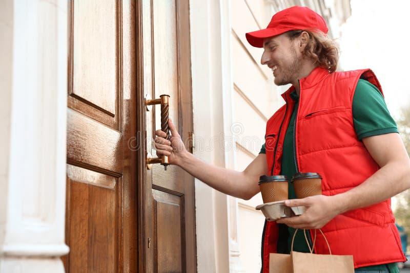 Αρσενικός αγγελιαφόρος με τη διαταγή στην είσοδο i στοκ φωτογραφία
