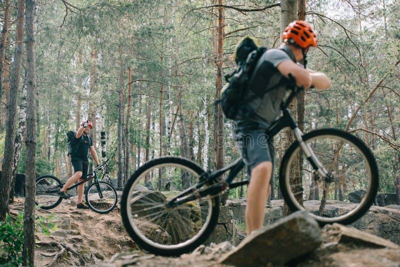 αρσενικός ακραίος ποδηλάτης στο ποδήλατο βουνών που παρουσιάζει αντίχειρα επάνω στη χειρονομία στο φίλο με το bmx στοκ φωτογραφία με δικαίωμα ελεύθερης χρήσης
