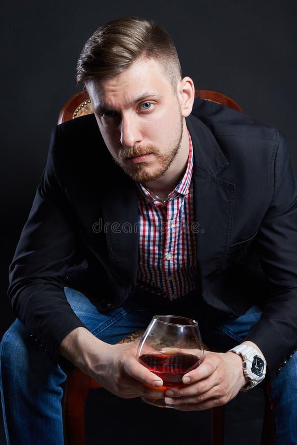 Αρσενικός αλκοολισμός, άτομο με ένα γυαλί του οινοπνεύματος υπό εξέταση Ασθένεια του οινοπνευματώδους εθισμού, κακή συνήθεια, ανα στοκ εικόνες