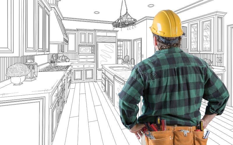 Αρσενικός ανάδοχος στη σκληρή ζώνη καπέλων και εργαλείων που εξετάζει το σχέδιο κουζινών ελεύθερη απεικόνιση δικαιώματος