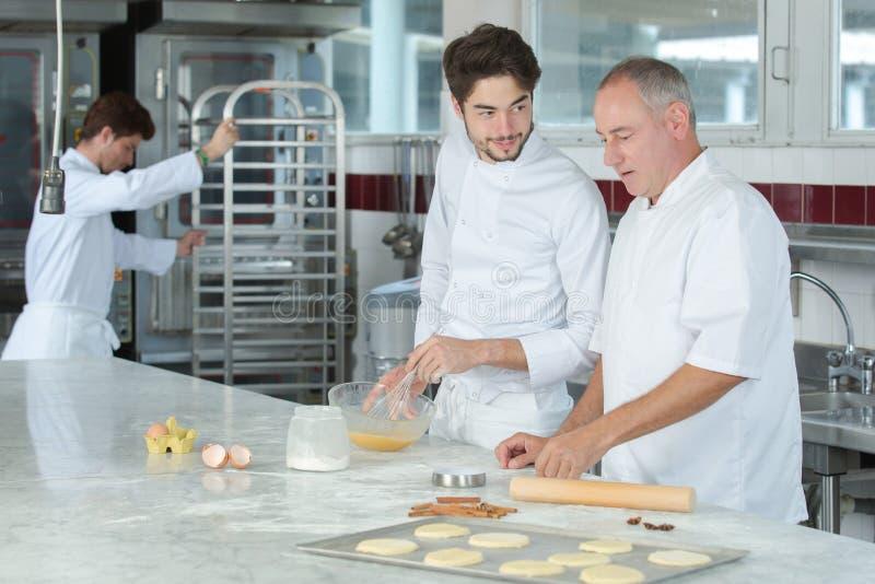 Αρσενικός αρχιμάγειρας που προετοιμάζει το κέικ στοκ εικόνες