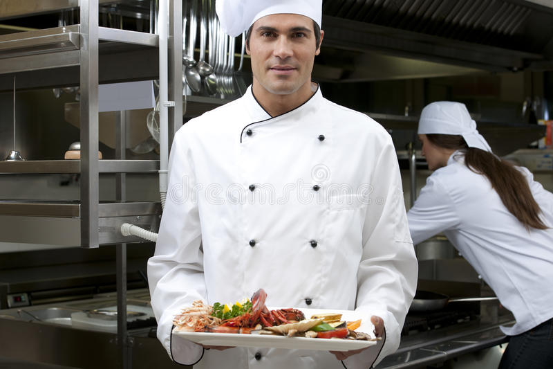 Αρσενικός αρχιμάγειρας στο εστιατόριο στοκ εικόνα