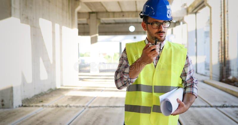 Αρσενικός αρχιτέκτονας που επικοινωνεί walkie-talkie επί του τόπου στοκ φωτογραφίες με δικαίωμα ελεύθερης χρήσης