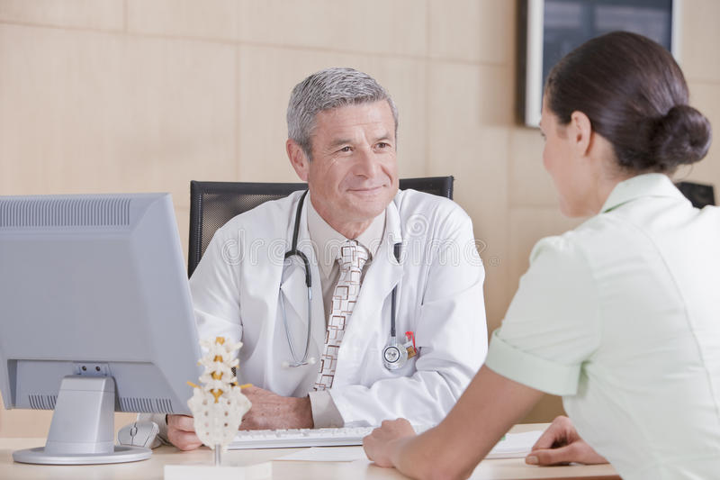 αρσενικός ασθενής γιατρώ στοκ φωτογραφίες