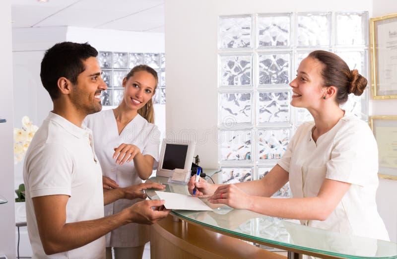 Αρσενικός ασθενής που επισκέπτεται την ιατρική κλινική στοκ εικόνες