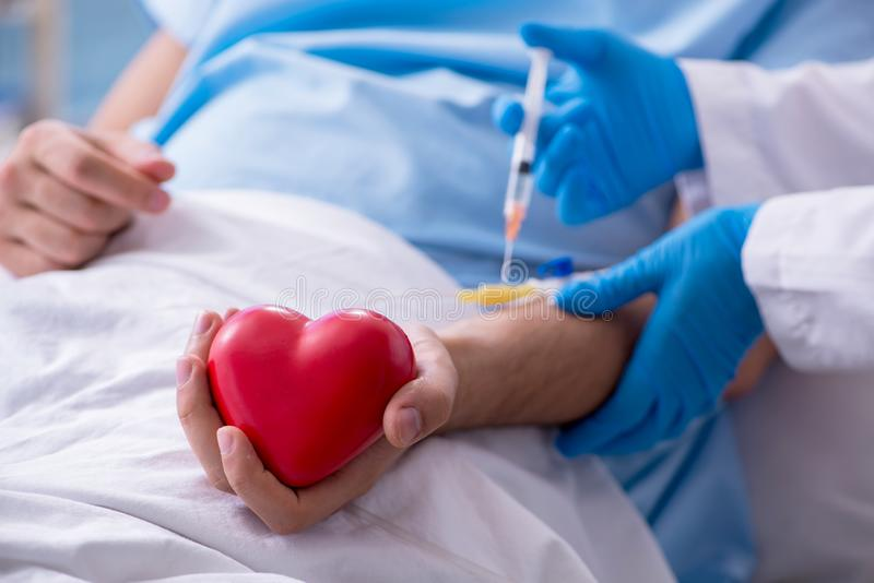 Αρσενικός ασθενής που παίρνει τη μετάγγιση αίματος στην κλινική νοσοκομείων στοκ φωτογραφίες με δικαίωμα ελεύθερης χρήσης