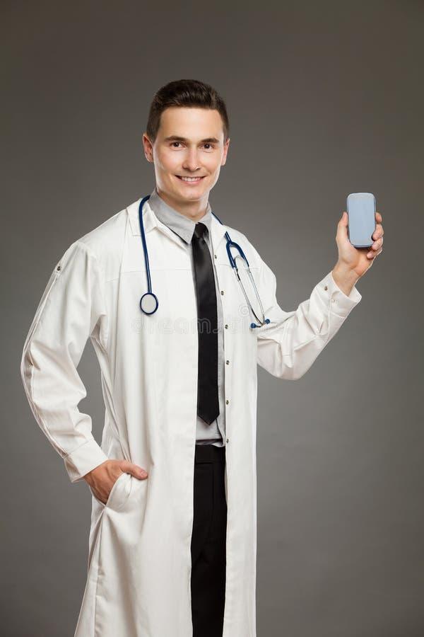 Αρσενικός γιατρός με ένα κινητό τηλέφωνο στοκ φωτογραφίες με δικαίωμα ελεύθερης χρήσης