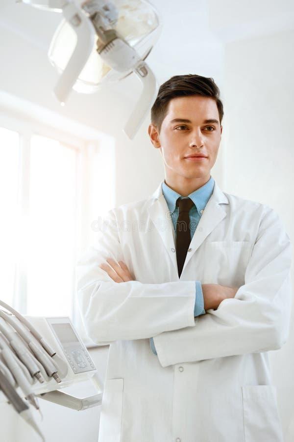 Αρσενικός γιατρός οδοντιάτρων στην οδοντική κλινική Πορτρέτο στοκ εικόνες